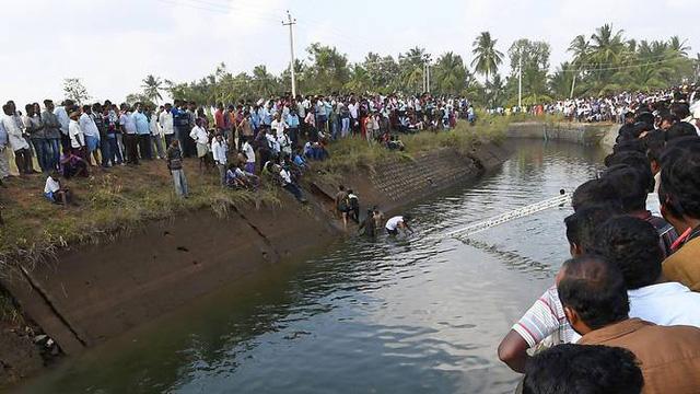 Xe chở học sinh rớt xuống kênh, 28 người thiệt mạng - Ảnh 2.