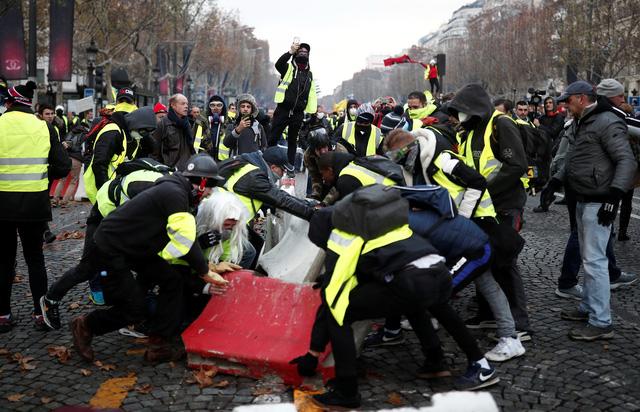 Áo vàng bạo loạn đối đầu cảnh sát ở Paris - Ảnh 4.