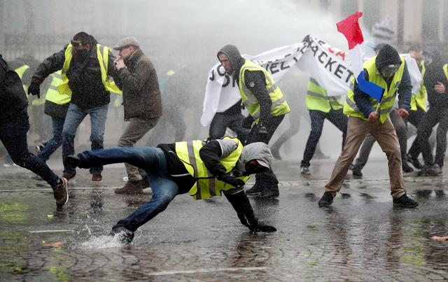 Áo vàng bạo loạn đối đầu cảnh sát ở Paris - Ảnh 1.