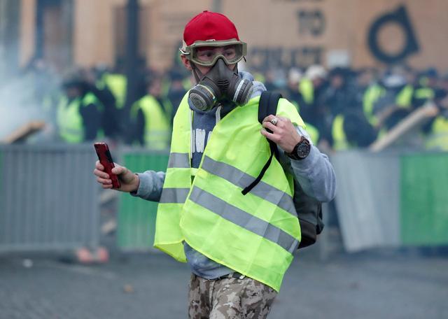 Áo vàng bạo loạn đối đầu cảnh sát ở Paris - Ảnh 2.