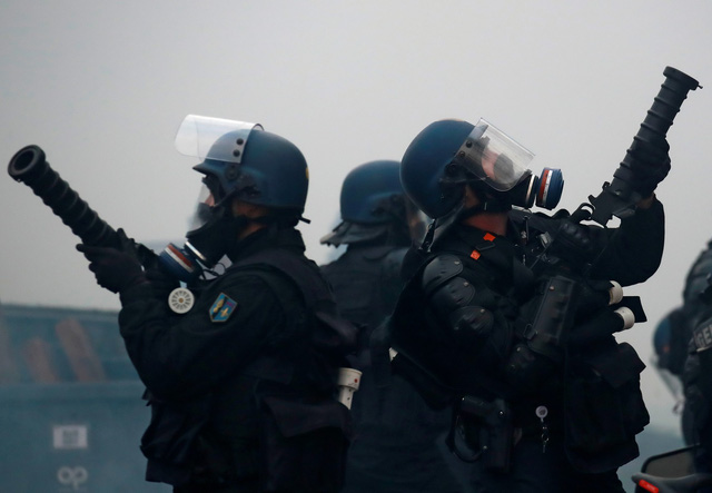 Áo vàng bạo loạn đối đầu cảnh sát ở Paris - Ảnh 6.
