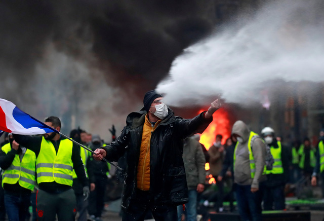 Áo vàng bạo loạn đối đầu cảnh sát ở Paris - Ảnh 7.