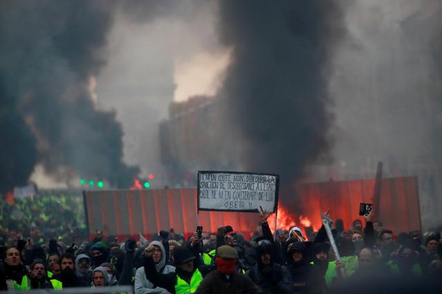 Áo vàng bạo loạn đối đầu cảnh sát ở Paris - Ảnh 3.