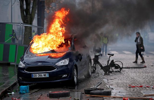 Áo vàng bạo loạn đối đầu cảnh sát ở Paris - Ảnh 5.