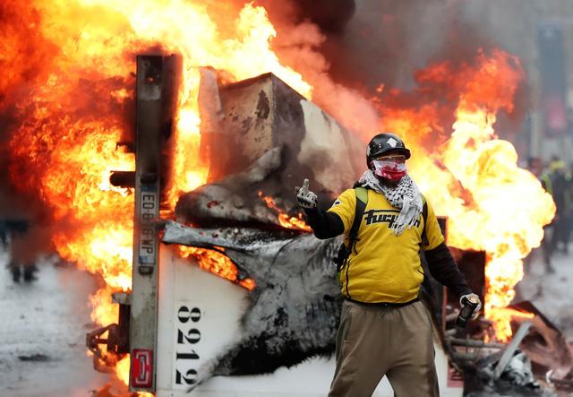 Áo vàng bạo loạn đối đầu cảnh sát ở Paris - Ảnh 8.