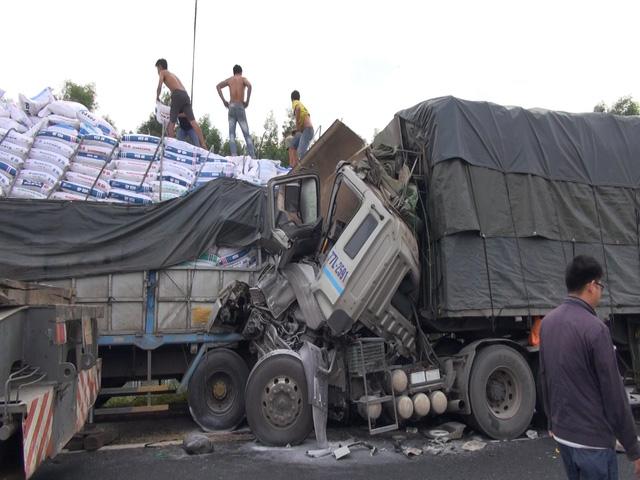 Xe tải húc đuôi nhau trêm cao tốc Đà Nẵng - Quảng Ngãi - Ảnh 1.