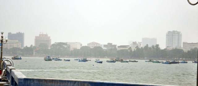 Cứu 5 ngư dân liều lĩnh bơi ra tát nước ghe trong bão - Ảnh 2.