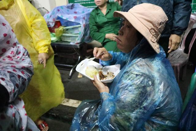 Cô dâu chú rể vẫn bám trụ từ sáng đến chiều ở phà Bình Khánh - Ảnh 2.
