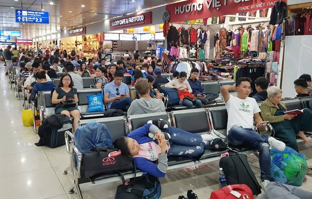 Mưa lớn ở Sài Gòn, nhiều máy bay phải bay... vòng vòng - Ảnh 1.
