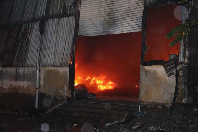 Đang cháy lớn xưởng lốp xe gần khu nhà trọ sinh viên - Ảnh 3.