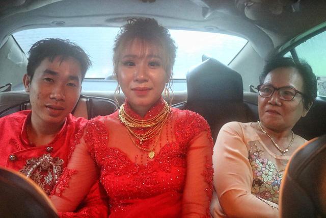 Cô dâu chú rể vẫn bám trụ từ sáng đến chiều ở phà Bình Khánh - Ảnh 1.