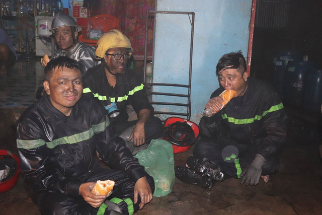 Đang cháy lớn xưởng lốp xe gần khu nhà trọ sinh viên - Ảnh 2.