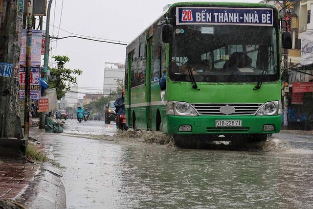 Sài Gòn thoát ngập nhờ đỉnh triều đã qua - Ảnh 3.