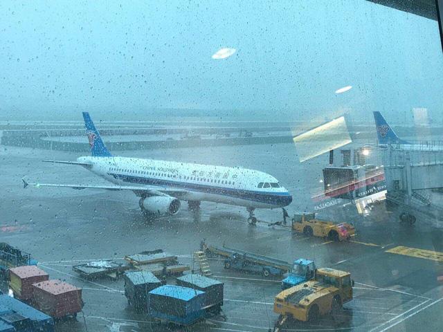 Sài Gòn mưa lớn, hàng không vẫn bay bình thường - Ảnh 1.