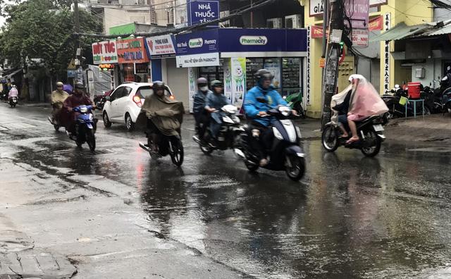 Sài Gòn thoát ngập nhờ đỉnh triều đã qua - Ảnh 1.