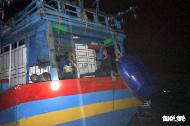Xuyên đêm cưỡng chế ngư dân lên bờ tránh bão  - Ảnh 5.