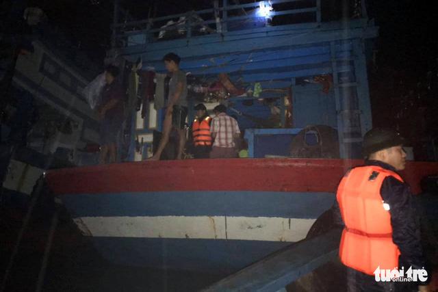 Xuyên đêm cưỡng chế ngư dân lên bờ tránh bão  - Ảnh 1.