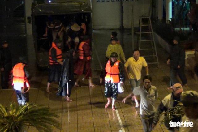 Xuyên đêm cưỡng chế ngư dân lên bờ tránh bão  - Ảnh 6.