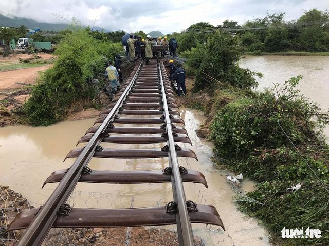 Khó sửa xong đường sắt sạt lở vào tối nay vì mưa lớn - Ảnh 1.
