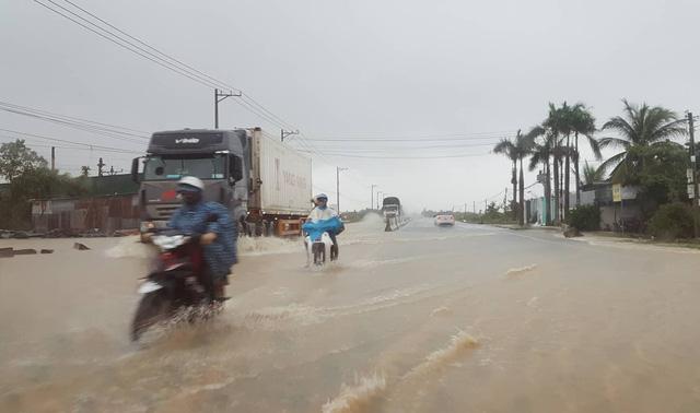 Miền trung mưa to, Nam Bộ ngập lụt - Ảnh 1.