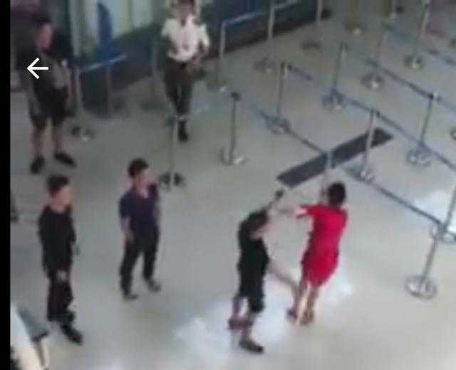 Khởi tố người hành hung nữ nhân viên hàng không - Ảnh 1.