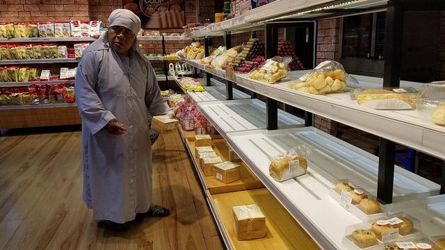 Bão quét qua siêu thị TP.HCM, thực phẩm cháy hàng - Ảnh 6.
