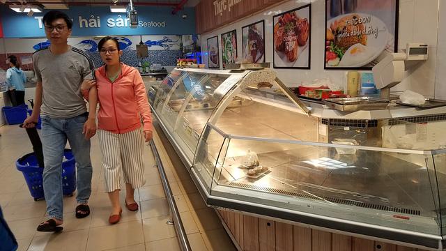Bão quét qua siêu thị TP.HCM, thực phẩm cháy hàng - Ảnh 7.