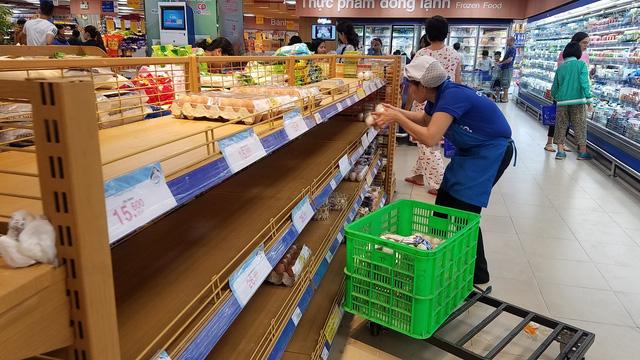 Bão quét qua siêu thị TP.HCM, thực phẩm cháy hàng - Ảnh 5.