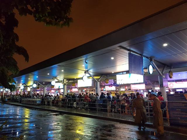 Nhiều khách hàng không thể gọi được taxi trong đêm - Ảnh 2.