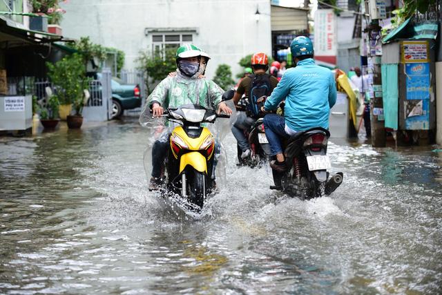 Đêm qua Sài Gòn hứng lượng mưa kỷ lục: 400mm - Ảnh 1.
