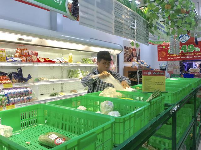 Bão quét qua siêu thị TP.HCM, thực phẩm cháy hàng - Ảnh 2.