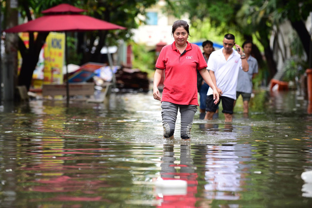 Miền trung mưa to, Nam Bộ ngập lụt - Ảnh 2.