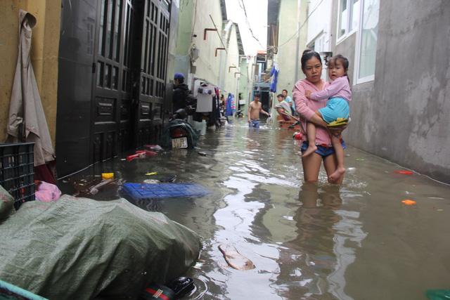 Cả xóm trọ ở Thảo Điền xin nghỉ việc vì nhà ngập nặng - Ảnh 10.