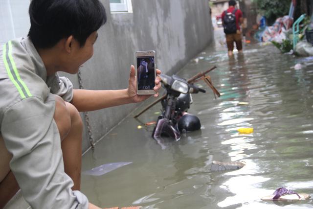 Cả xóm trọ ở Thảo Điền xin nghỉ việc vì nhà ngập nặng - Ảnh 4.