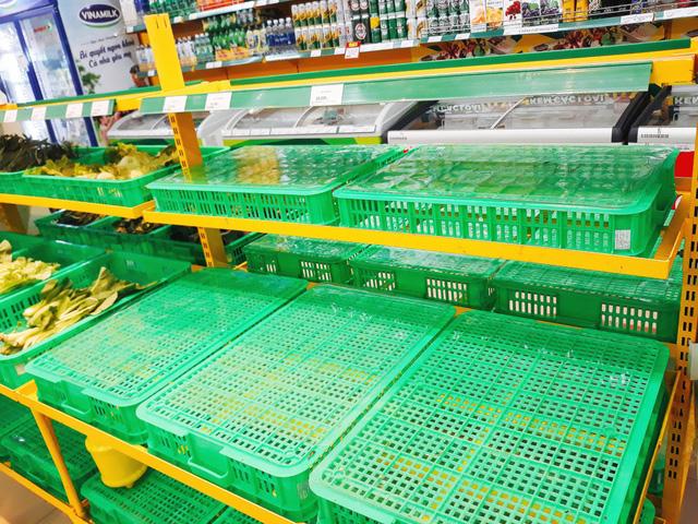 Thực phẩm ở Sài Gòn sau mưa bão: chỗ kịp rót đầy, nơi vẫn sạch trơn - Ảnh 2.