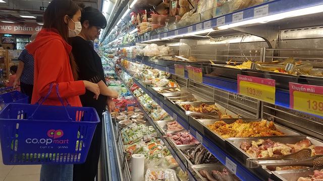 Thực phẩm ở Sài Gòn sau mưa bão: chỗ kịp rót đầy, nơi vẫn sạch trơn - Ảnh 1.