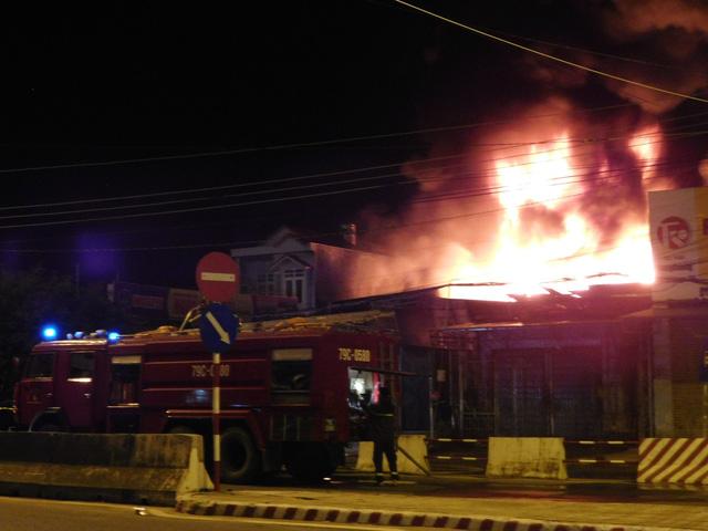 Cháy bãi xe bồn kho xăng dầu Nha Trang - Ảnh 1.