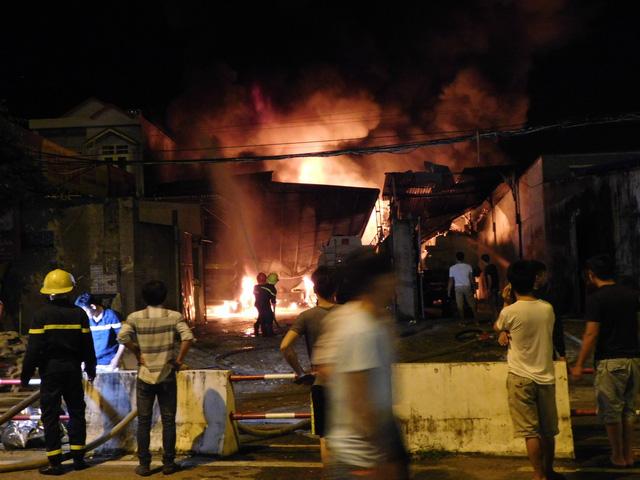 Cháy bãi xe bồn kho xăng dầu Nha Trang - Ảnh 2.