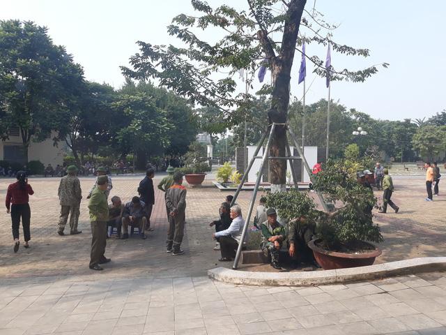 Đòi mua vé trận Việt Nam-Philippines, cổ động viên làm loạn ở trụ sở VFF  - Ảnh 4.