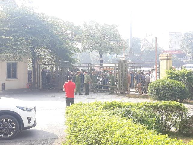 Đòi mua vé trận Việt Nam-Philippines, cổ động viên làm loạn ở trụ sở VFF  - Ảnh 1.