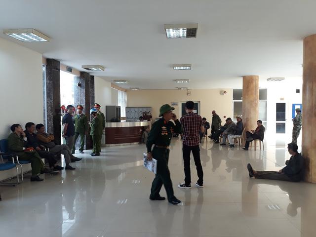 Đòi mua vé trận Việt Nam-Philippines, cổ động viên làm loạn ở trụ sở VFF  - Ảnh 3.
