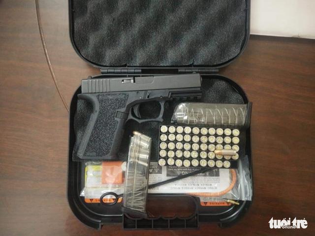 Tạm giữ một huấn luyện viên mai mối mua bán súng quân dụng - Ảnh 1.