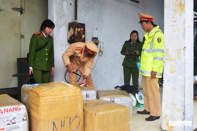 Bắt giữ xe khách Lào chở 2,5 tấn nội tạng không rõ nguồn gốc - Ảnh 1.