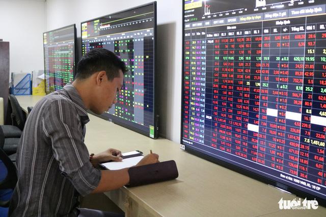 Bà Hồ Thị Kim Thoa bán hết 1,68 triệu cổ phiếu Điện Quang - Ảnh 1.