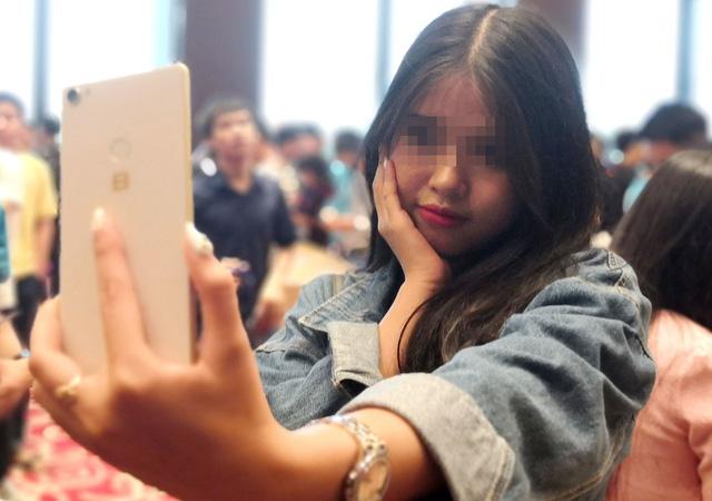 Cứ 3 người Vịệt xài smartphone có 2 người để chụp 'tự sướng' - Ảnh 1.