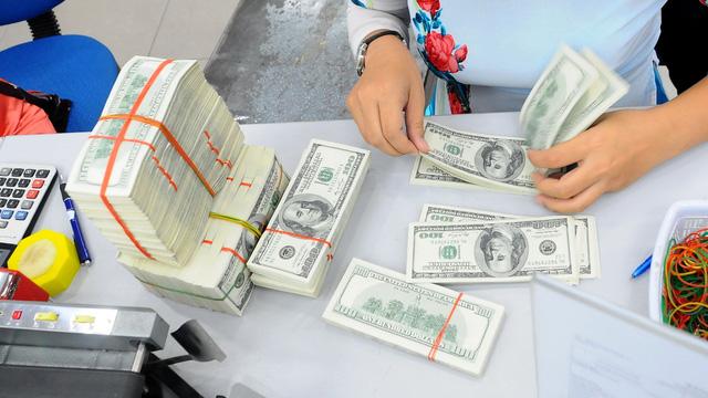 Ngân hàng rộng đường cho doanh nghiệp vay USD - Ảnh 1.