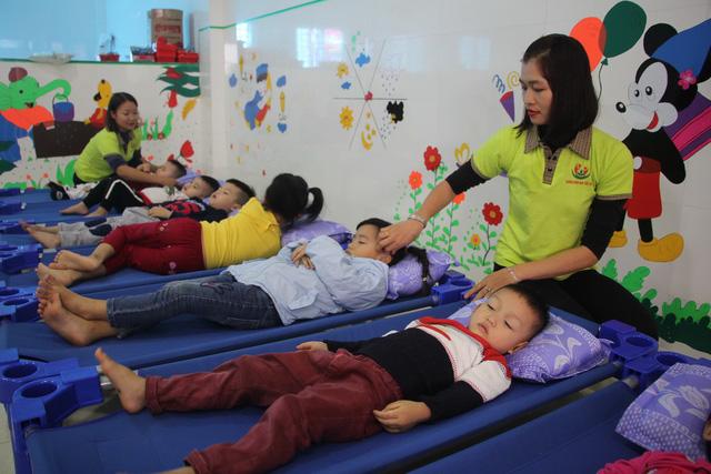 Vụ cô giáo đồng loạt quỳ: Mong được mở lại trường lớp - Ảnh 1.