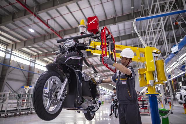 VinFast ra mắt mẫu xe máy điện thông minh - Ảnh 5.