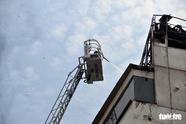 Khách sạn trung tâm Sài Gòn bốc cháy, khách Tây tháo chạy - Ảnh 2.