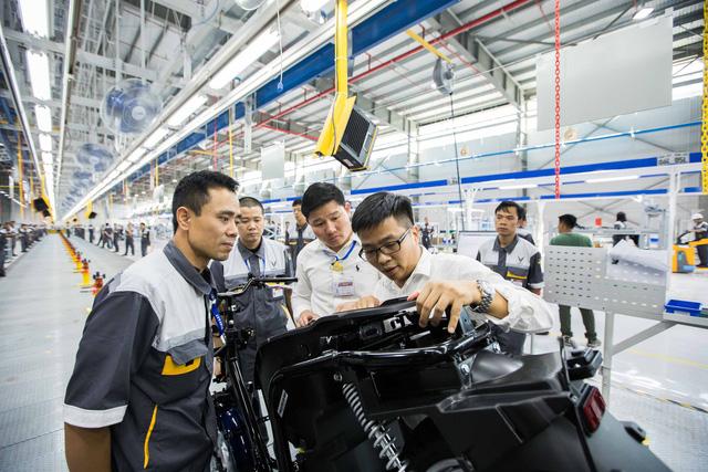 VinFast ra mắt mẫu xe máy điện thông minh - Ảnh 9.
